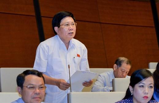 ĐB Cao Đình Thưởng phát biểu tại hội trường