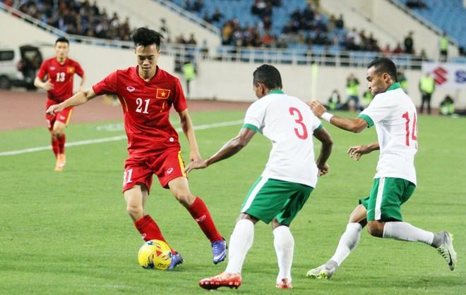 Tuyển Việt Nam (áo đỏ) thắng Indonesia 3-2 tại trận giao hữu trên sân Mỹ Đình ngày 8-11