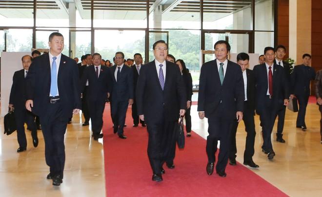 Tổng thư ký Quốc hội Nguyễn Hạnh Phúc (hàng đầu, bên phải) dẫn Đoàn đại biểu cấp cao Đảng, Nhà nước Trung Quốc tham quan Tòa nhà Quốc hội Việt Nam