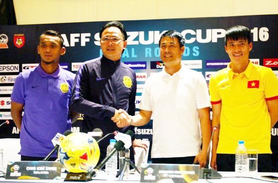 HLV và đội trưởng hai đội tại buổi họp báo trước trận