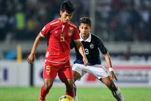 Myanmar (áo đỏ) trong trận thắng Campuchia