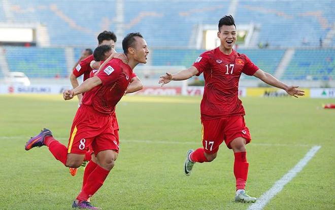 Trọng Hoàng cùng đồng đội ăn mừng bàn thắng duy nhất trận đấu
