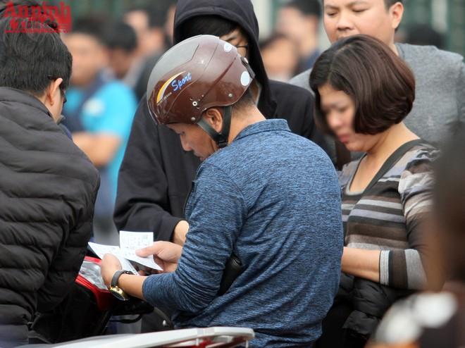 Người hâm mộ mua vé từ dân phe với giá cao gấp 3-4 lần mệnh giá gốc