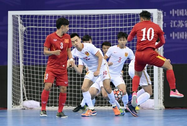 Tuyển Việt Nam (áo đỏ) áp đảo Trung Quốc trong trận hòa 2-2