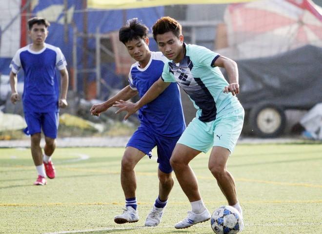 Đội Điện tử điện lạnh Hà Nội (giữa) thắng sát nút 3-2 trước đội Điện máy Nhân Việt ở trận bán kết cùng giờ