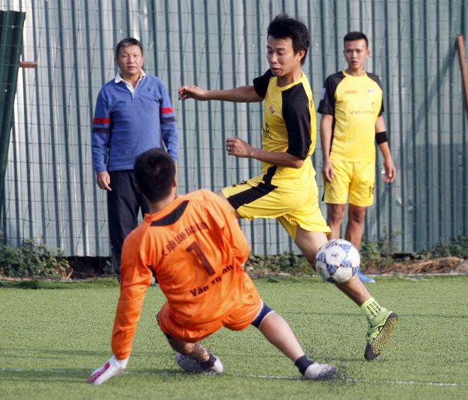 Đội báo An ninh Thủ đô (áo vàng) trong trận thắng 3-0 tại bán kết