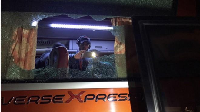 Hình ảnh xe chở đội tuyển bóng đá nam Indonesia bị CĐV quá khích Việt Nam ném vỡ kính