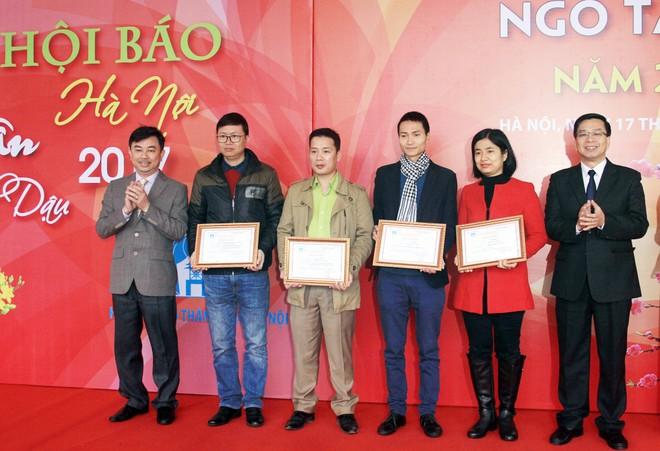 Trao giải cho các tác giả có tác phẩm đoạt giải thưởng báo chí Ngô Tất Tố