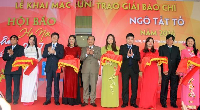 Đại biểu khách mời cắt băng khai mạc Hội báo Xuân Đinh Dậu Hà Nội 2017