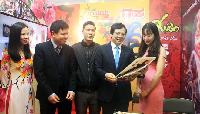 Phó Chủ tịch Thường trực Hội Nhà báo Việt Nam Hồ Quang Lợi tham quan và đánh giá cao gian trưng bày Báo An ninh Thủ đô