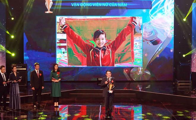 Tổng thư ký Hiệp hội thể thao dưới nước Đinh Việt Hùng thay mặt Ánh Viên nhận Cúp Chiến thắng và phát biểu cảm nghĩ