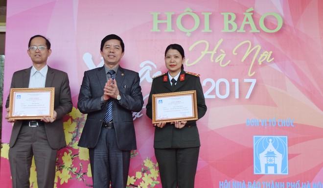 Trao giải B Bìa báo Xuân đẹp cho đại diện Báo An ninh Thủ đô và Báo Nhân dân
