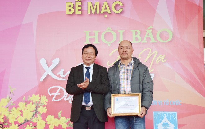 Trưởng ban Tuyên giáo Thành ủy Hà Nội Nguyễn Văn Phong trao giải A Bìa báo Xuân đẹp cho đại diện Báo Hà Nội mới