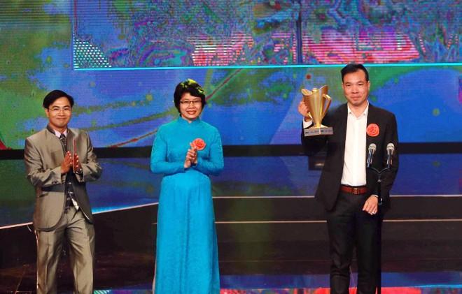 HCV bắn súng Olympic 2016 Hoàng Xuân Vinh nhận Cúp Chiến thắng từ Á quân taekwondo Olympic 2000 Trần Hiếu Ngân và Á quân cử tạ Olympic 2008 Hoàng Anh Tuấn