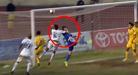 Hình ảnh cho thấy tay của Thiago đã tác động lực trái luật khi tranh bóng của thủ môn Nguyên Mạnh (ảnh cắt từ clip)