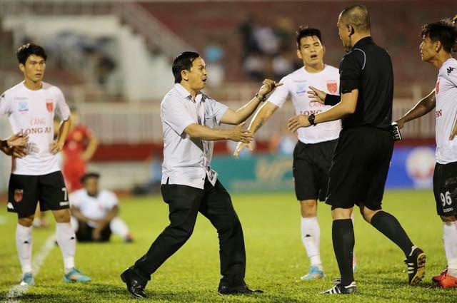 Chủ tịch CLB Long An Võ Thành Nhiệm (áo sơ mi) lao xuống sân phản ứng trọng tài và sau đó tình hình trận đấu trở nên tồi tệ hơn