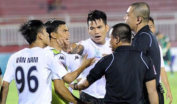 Cựu tuyển thủ Huỳnh Quang Thanh (giữa) có thể sẽ chia tay sự nghiệp quần đùi áo số sau khi để lại hình ảnh xấu xí trong trận TP.HCM - Long An, V-League 2017