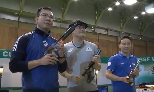 Hoàng Xuân Vinh (bìa trái) đoạt HCB Cúp bắn súng thế giới 2017