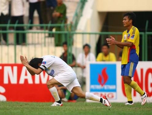 Công Vinh với hình ảnh xấu xí hướng vào trọng tài mùa 2010