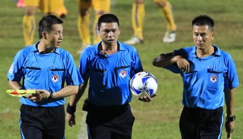 Trọng tài Hà Anh Chiến (giữa) cùng cộng sự trên sân Thanh Hóa