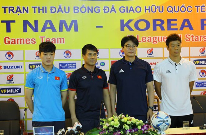 HLV Hữu Thắng (thứ 2 từ trái qua) và đồng nghiệp đến từ Hàn Quốc tại họp báo