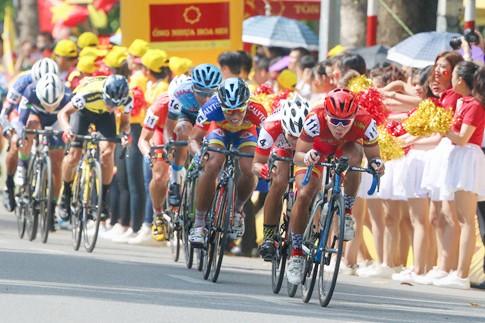 Các VĐV khởi đầu giải bằng chặng đua quanh hồ Hoàn Kiếm, dưới sự cổ vũ nồng nhiệt của khán giả Thủ đô