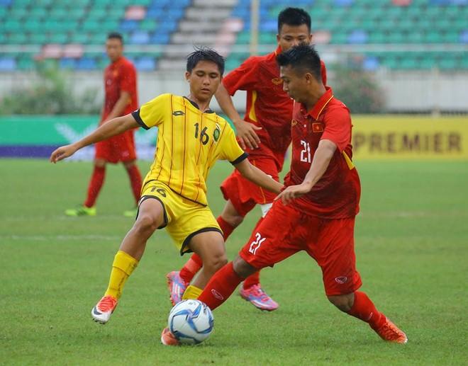 U18 Việt Nam (áo đỏ) áp đảo hoàn toàn trước U18 Brunei (ảnh MMF)