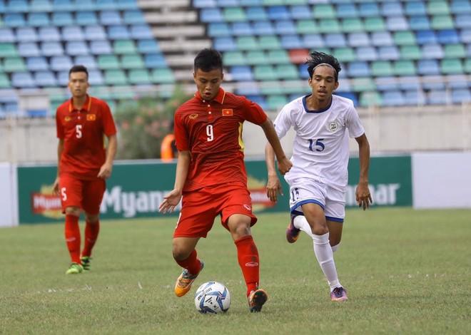 U18 Việt Nam (áo đỏ) dùng đội hình 2 vẫn áp đảo U18 Philippines (ảnh MMF)