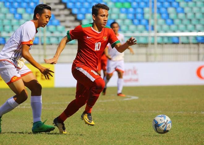 U18 Indonesia (áo đỏ) đã thành công khi thắng U18 Brunei tới 8-0 để giành vé bán kết đầu tiên của bảng B, chỉ một giờ trước trận U18 Việt Nam và U18 Myanmar (ảnh MFF)