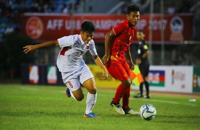 U18 Việt Nam (áo trắng) chơi lấn lướt suốt 2/3 trận đấu
