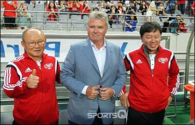 Ông Chung Hae Seong (bên phải) khi làm trợ lý cho Guus Hiddink tại World Cup 2002