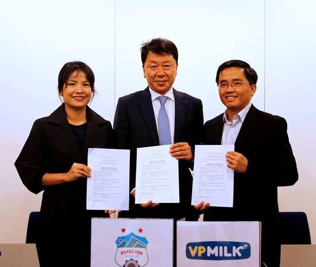Trưởng đoàn HAGL Nguyễn Tấn Anh (phải) và HLV Chung Hae Seong (giữa) tại buổi ký hợp đồng ghi nhớ