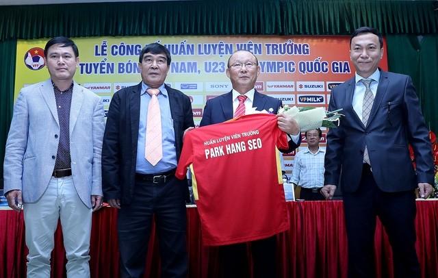 Bỏ túi 10 tỷ đồng tiền lương, liệu tân HLV Park Hang Seo có mang được chiếc cúp vàng Đông Nam Á nào cho bóng đá Việt Nam hay không?