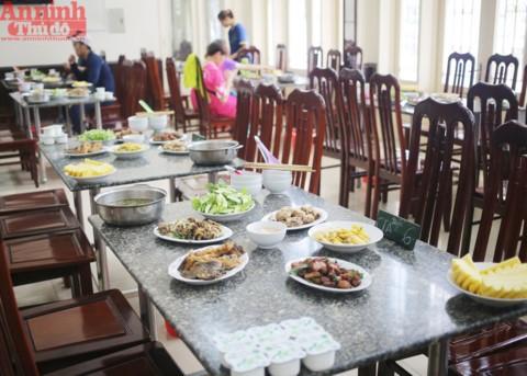 Một bàn ăn dành cho 6 VĐV trong quá trình chuẩn bị SEA Games 29, vốn đã tăng hơn ngày thường và hơn rất nhiều so với suất ăn của VĐV tuyển trẻ