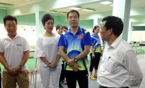 Lãnh đội bắn súng Nguyễn Thị Nhung chia sẻ nguyện vọng với Bộ trưởng Bộ VH-TT&DL Nguyễn Ngọc Thiện, mong sớm tăng tiền ăn, tiền công cho VĐV