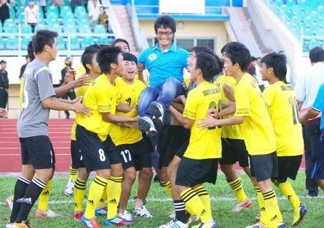 Ông Han Young Kuk từng dự World Cup 1994, có 15 năm làm việc tại Việt Nam và từng giúp đội Vĩnh Long thăng hạng Nhì mùa 2013.