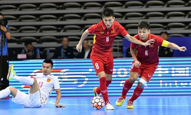 Tuyển Việt Nam (áo đỏ) trong trận đấu kịch tính với chủ nhà Trung Quốc