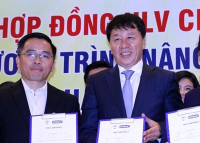 Giám đốc kỹ thuật Chung Hae Seong (bên phải) cam kết đưa HAGL vô địch V-League 2019 và thành đội bóng hàng đầu Đông Nam Á.