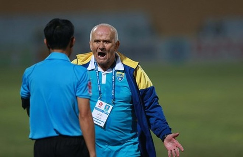 HLV Petrovic lần thứ 2 bị kỷ luật vì tức giận với quyết định của trọng tài liên quan tới các tình huống penalty cuối trận