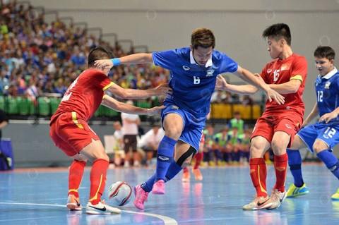 HLV Miguel Rodrigo vẫn xem Thái Lan (áo xanh) là đối thủ khó chơi nhất