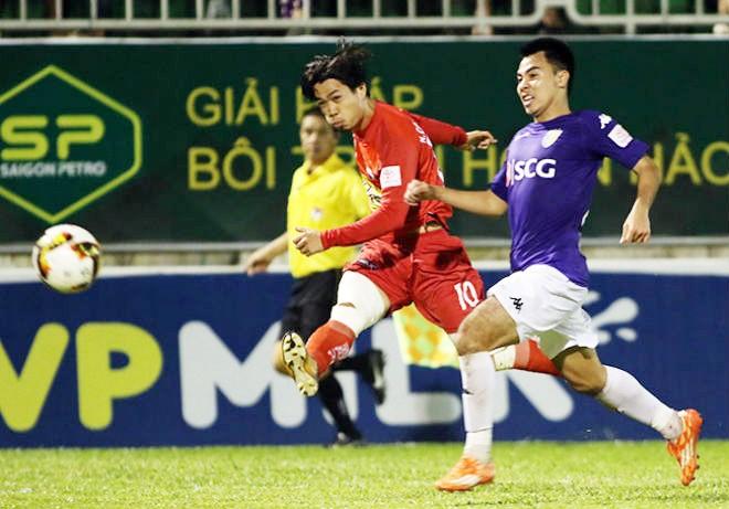 Công Phượng (áo đỏ) ghi bàn ấn định chiến thắng nghẹt thở 3-2 cho HAGL