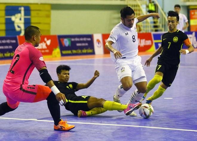 Thái Lan (áo trắng) ngược dòng đánh bại Malaysia để vô địch giải