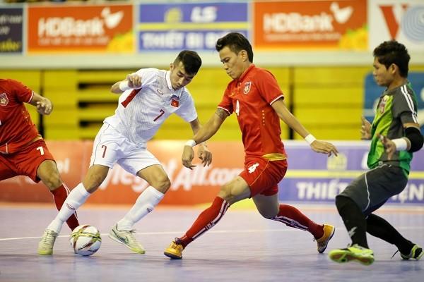 Sau thất bại trước Malaysia, tuyển Việt Nam (áo trắng) thua tiếp Myanmar