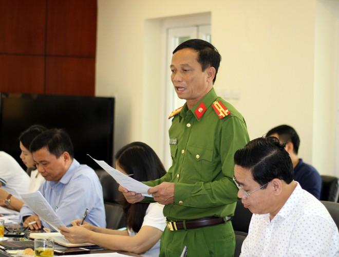 Đại diện PCCC quận Cầu Giấy báo cáo với đoàn công tác