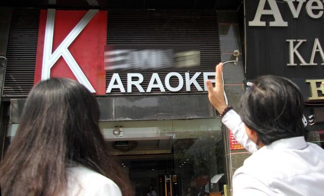 Đoàn công tác cùng lực lượng chức năng quận Cầu Giấy kiểm tra đột xuất hai cơ sở kinh doanh karaoke trên phố Trần Thái Tông, trưa 14-11