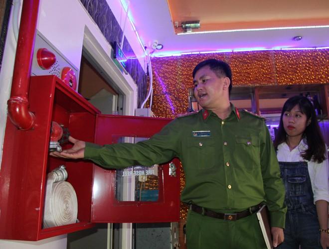 Trong chuyến kiểm tra, đại diện Cảnh sát PCCC cũng hướng dẫn chủ cơ sở cách sử dụng hộp PCCC khi có sự cố
