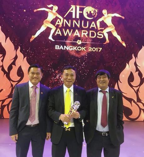 Lãnh đạo VFF nhận giải thưởng tại lễ vinh danh của AFC