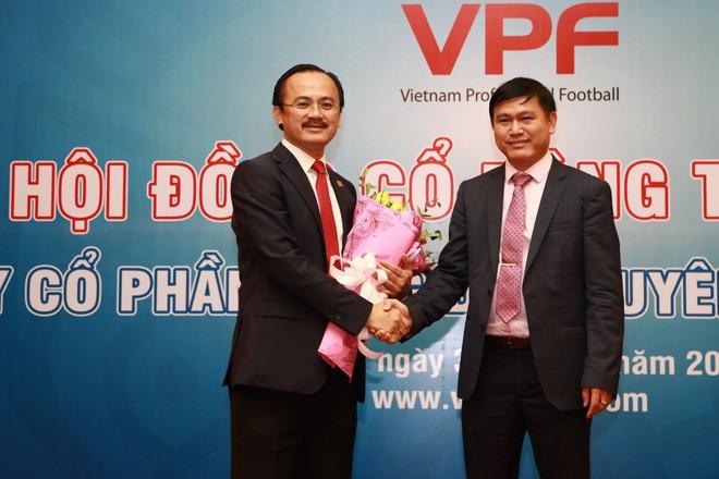 Ông Trần Anh Tú (phải) thay ông Võ Quốc Thắng làm chủ tịch VPF nhiệm kỳ 2017-2020
