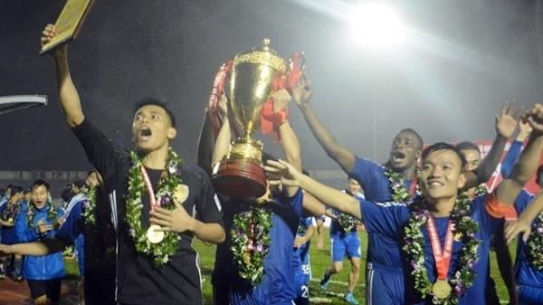 Cầu thủ Quảng Nam ăn mừng chức vô địch lịch sử
