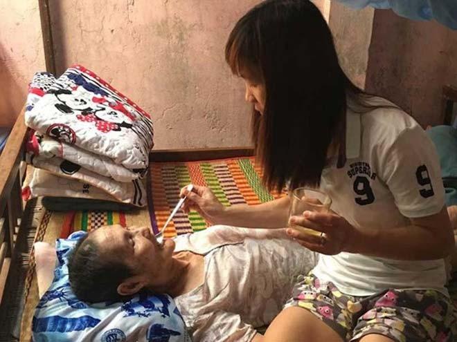 Thùy Trang (số 9, ảnh trên) quyết tâm thi đấu giành HCV và tiền thưởng SEA Games để giúp mẹ chữa bệnh hiểm nghèo